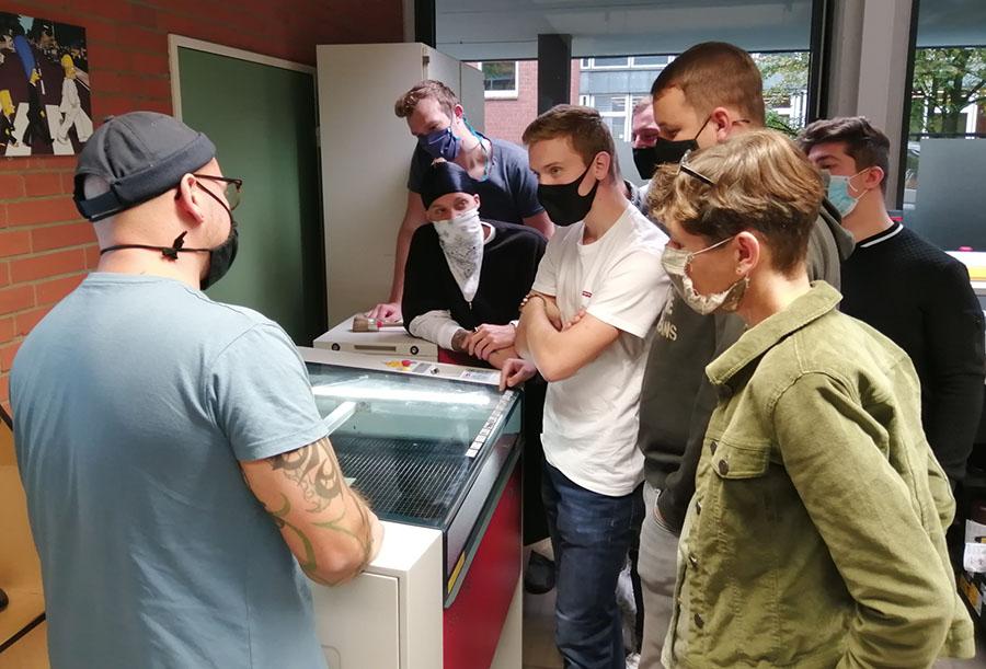 Die Klasse am Lasercutter.